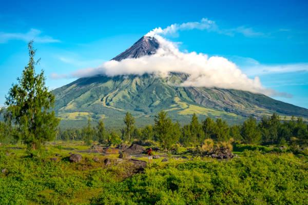 Vulcões são proeminências na superfície terrestre capazes de expelir material magmático.