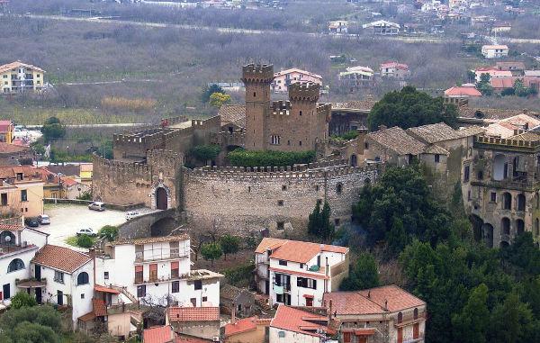 No feudalismo, os castelos eram um importante centro de poder, pois neles viviam os senhores feudais. [1]