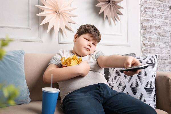 Sedentarismo e alimentação inadequada podem desencadear aumento nos níveis de colesterol.
