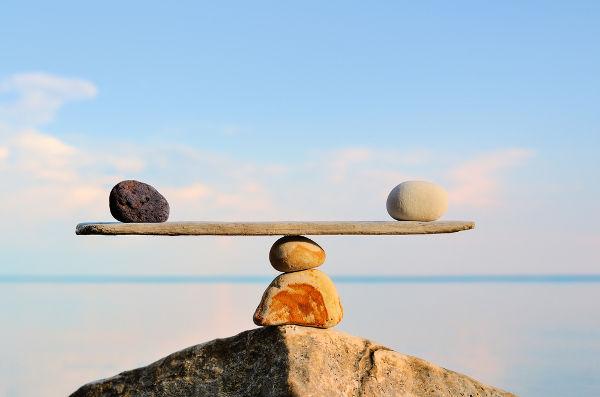 As pedras da figura equilibram-se, pois encontram-se em equilíbrio estático.