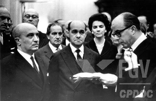 Tancredo Neves (no centro) foi um dos principais políticos da Quarta República e lidou com duas grandes crises políticas. [1]