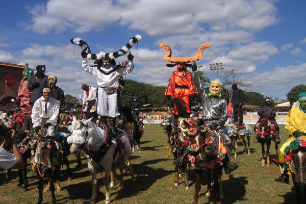 Os mascarados são figuras que animam as Cavalhadas de Pirenópolis.