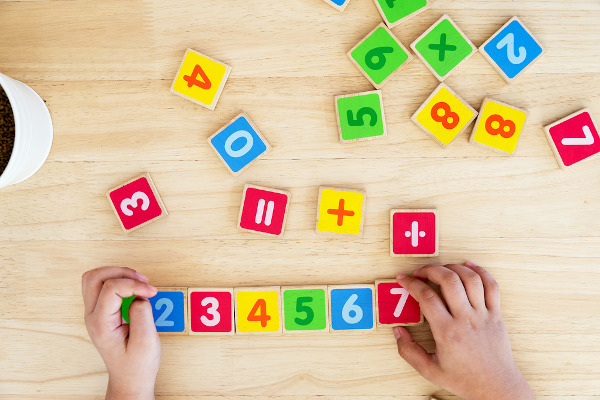 O conjunto de números naturais é o primeiro que aprendemos na escola.