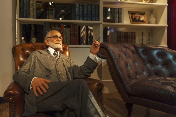 Representação de Freud e divã em museu de Londres [1]