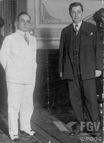 O militar Góes Monteiro (à direita) realizou o ultimato que forçou a renúncia de Vargas (à esquerda), em 1945. [1]