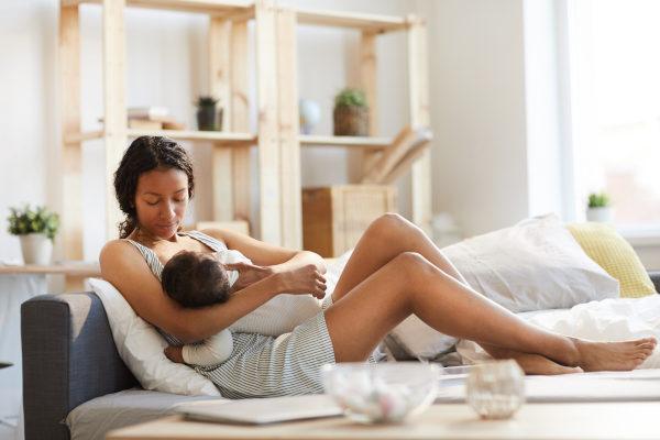 O aleitamento materno reduz os riscos de desnutrição infantil.