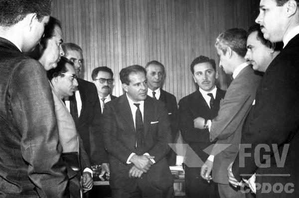 João Goulart, reunido com membros de seu partido, o Partido Trabalhista Brasileiro. [1]
