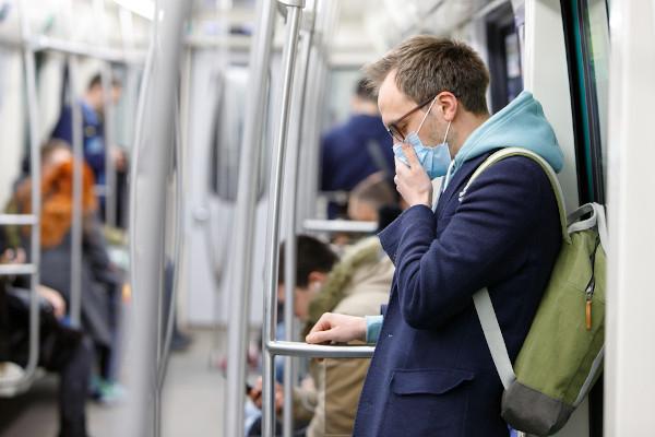 A COVID-19, a gripe e o resfriado podem provocar problemas respiratórios, sendo, muitas vezes, difícil perceber a diferença entre cada doença.
