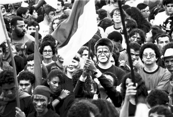 Milhares de pessoas foram às ruas exigindo o afastamento de Fernando Collor da presidência do Brasil.[3]