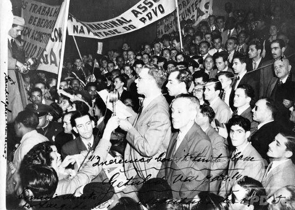 A maior manifestação queremista aconteceu em 3 de outubro de 1945 e contou com a presença de 150 mil pessoas em apoio a Vargas. [1]