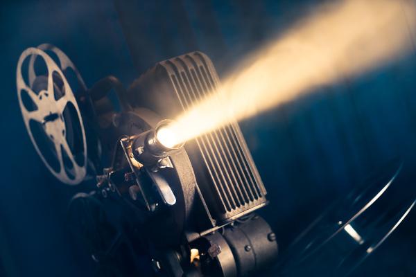 Assistir a filmes gravados em língua portuguesa é também uma forma de celebrar o idioma.