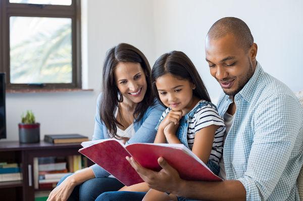 Adotar é um gesto nobre de aceitar uma criança ou jovem em sua família e reconhecê-lo publicamente como seu filho.