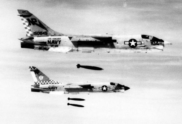 Aviões norte-americanos lançando bombas sobre tropas norte-vietnamitas em 1972.