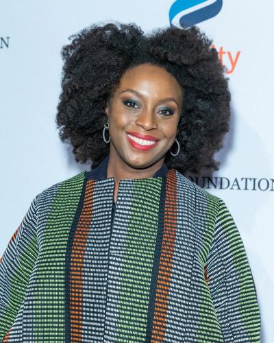 Chimamanda Ngozi Adichie, feminista e escritora nigeriana.[1]