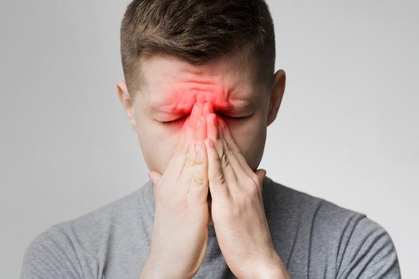 A dor na região dos seios da face pode indicar rinossinusite.
