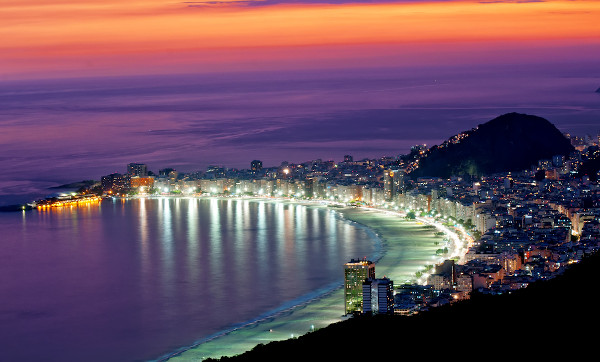 Um dos maiores réveillon do mundo ocorre na praia de Copacabana, Rio de Janeiro.