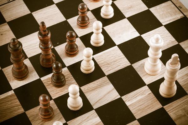 O poder e a disputa permeiam o convívio humano. Deles nascem a política. Como em um jogo de xadrez, é necessário entender as regras no âmbito político.