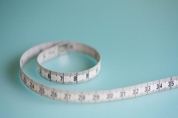 A fita métrica é um instrumento utilizado para medir-se comprimentos.