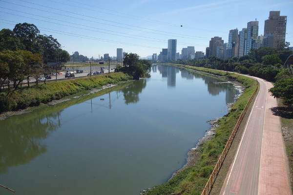 Paisagem urbana do Rio Tietê na cidade de São Paulo