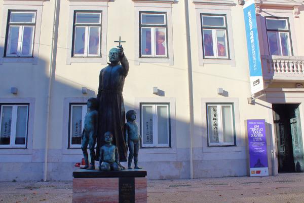 Estátua em Lisboa representando Padre Antônio Vieira rodeado de crianças indígenas. [1]