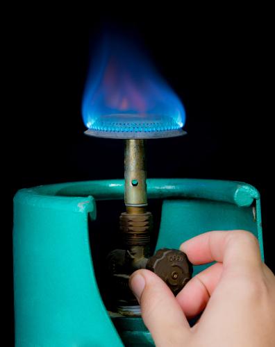 Chama controlada produzida por gás liquefeito de petróleo, sistema semelhante ao de uso doméstico.