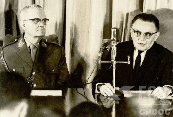 Durante o governo de Humberto Castello Branco (de terno escuro), a institucionalização dos militares iniciou-se com os atos institucionais.[1]