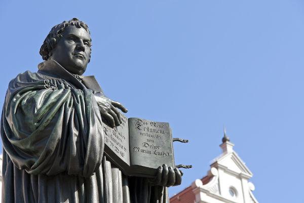 Estátua de Lutero em Wittenberg, cidade onde ele supostamente pregou as teses na porta da igreja.