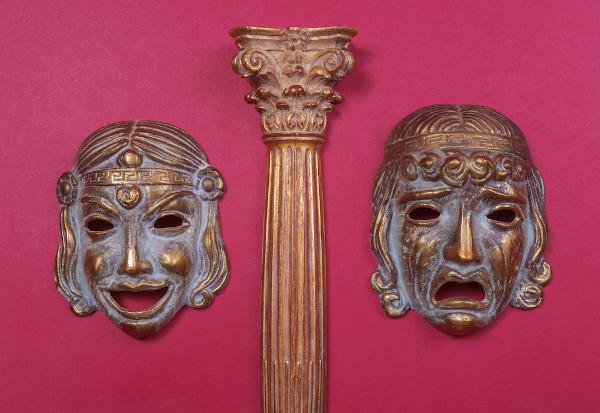 Com o auxílio de máscaras, que representavam estados emocionais, como a alegria e a tristeza, os atores gregos encenavam comédias e tragédias.