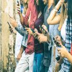 Jovens com celular na mão