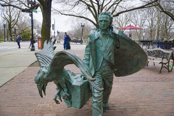Estátua de Edgar Allan Poe em Boston, nos Estados Unidos, ao lado de um corvo, ave que se imortalizou em sua literatura.  [1]