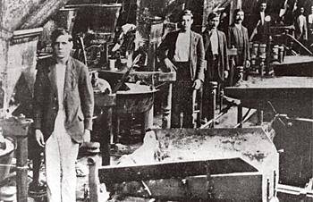 Greve operária em São Paulo, 1917. Trabalhadores reivindicavam carga horária de 8 horas diárias e direito a férias.