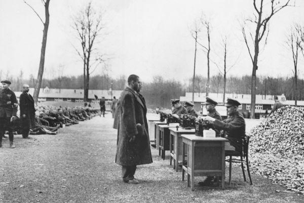 Funcionários da Gestapo trabalhando no registro de prisioneiros de campos de concentração.[1]