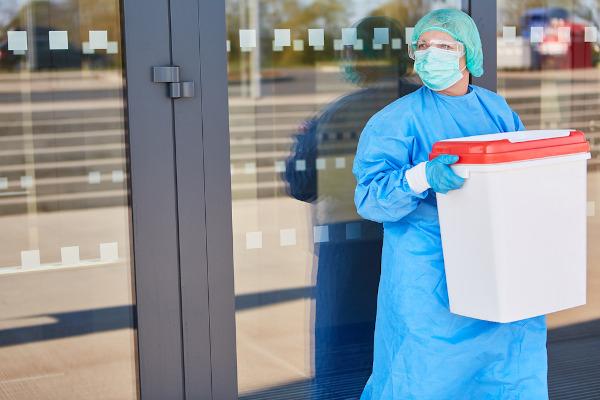 Após retirados do doador, os órgãos são transportados rapidamente até o receptor.