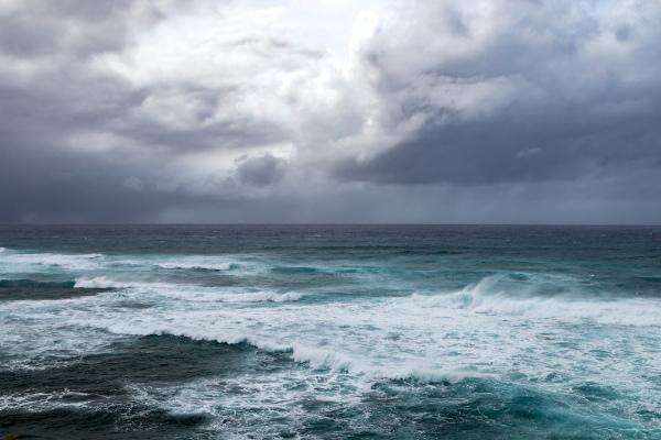 Tempestade sobre o oceano. A força do vento pode gerar eventos catastróficos.