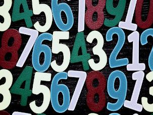 Números coloridos em fundo preto
