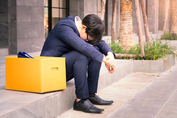 O desemprego pode gerar problemas psicológicos, como a depressão.