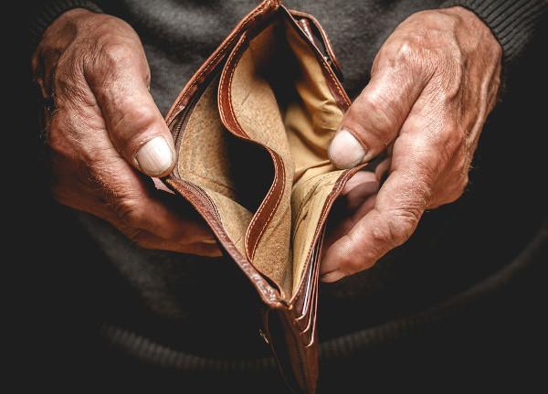 Para o dicionário, pobreza tem relação com a falta de dinheiro.