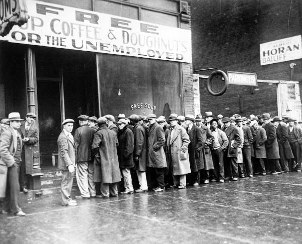 Fila de pessoas desempregadas em busca de alimento, em 1929, Chicago.