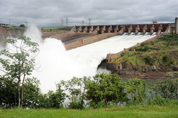 Usina de Itaipu, na fronteira Brasil–Paraguai, que utiliza o potencial hidrelétrico da bacia Platina.
