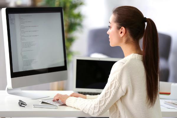Ao redigir uma redação técnica, é preciso estar atento aos objetivos do texto e à norma culta da língua.