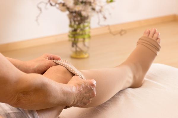 As meias de compressão podem ajudar na prevenção de varizes, porém devem ser indicadas por um médico.