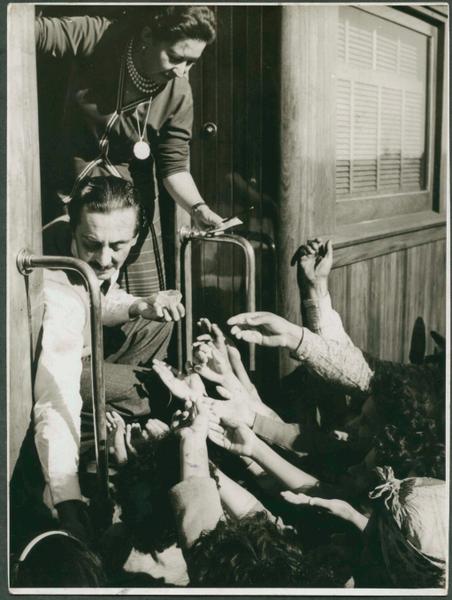Jânio Quadros distribuindo vassourinhas para seus eleitores durante a campanha presidencial de 1960. A vassoura virou símbolo de sua campanha.