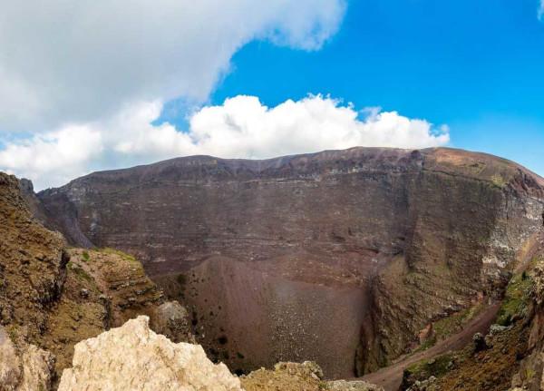 Vista da cratera do vulcão Vesúvio, que possui aproximadamente 1.281 metros de altura.