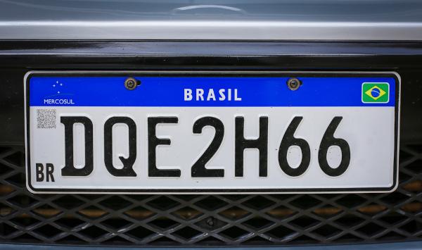 Há arranjo com repetição na confecção das placas dos veículos. [1]