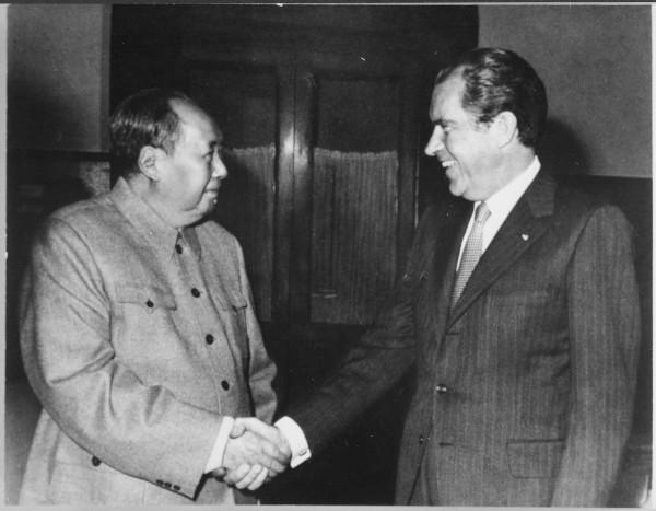 Na década de 1970, Nixon estreitou as relações entre Estados Unidos e a China. Ele visitou o país asiático e se encontrou com o líder Mao Tsé-Tung.