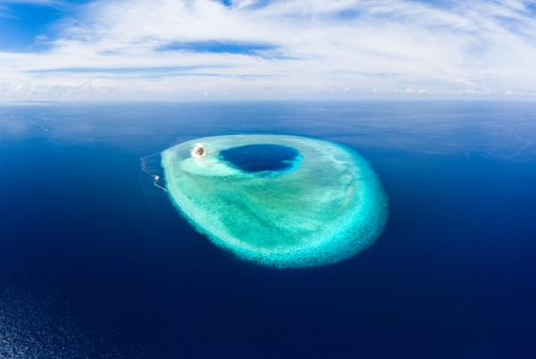 Atol é uma ilha formada por recifes de corais sobre uma estrutura arenosa e vulcânica.