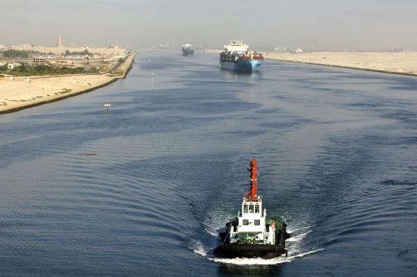 Foto do canal de Suez, no Egito, com embarcações ao longo dele.