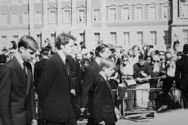 Funeral da princesa Diana. Atrás do caixão estão o príncipe Charles, os príncipes William & Harry e o conde Charles Spencer.