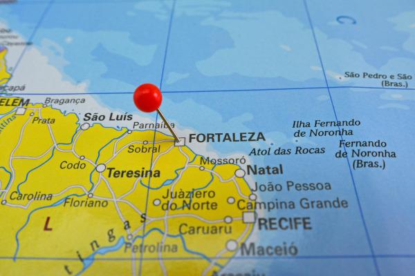 Imagem de parte do mapa do litoral nordestino brasileiro com a marcação sobre a cidade de Fortaleza.