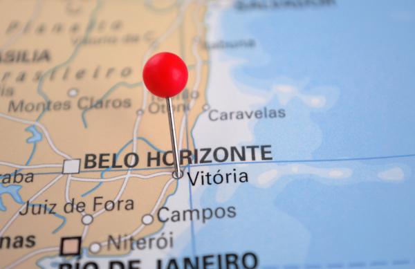 Foto do mapa de parte do litoral do Sudeste brasileiro com marcação em cima da cidade de Vitória.